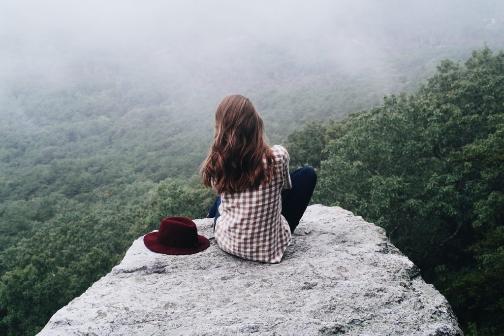 Mädchen auf einem Felsen